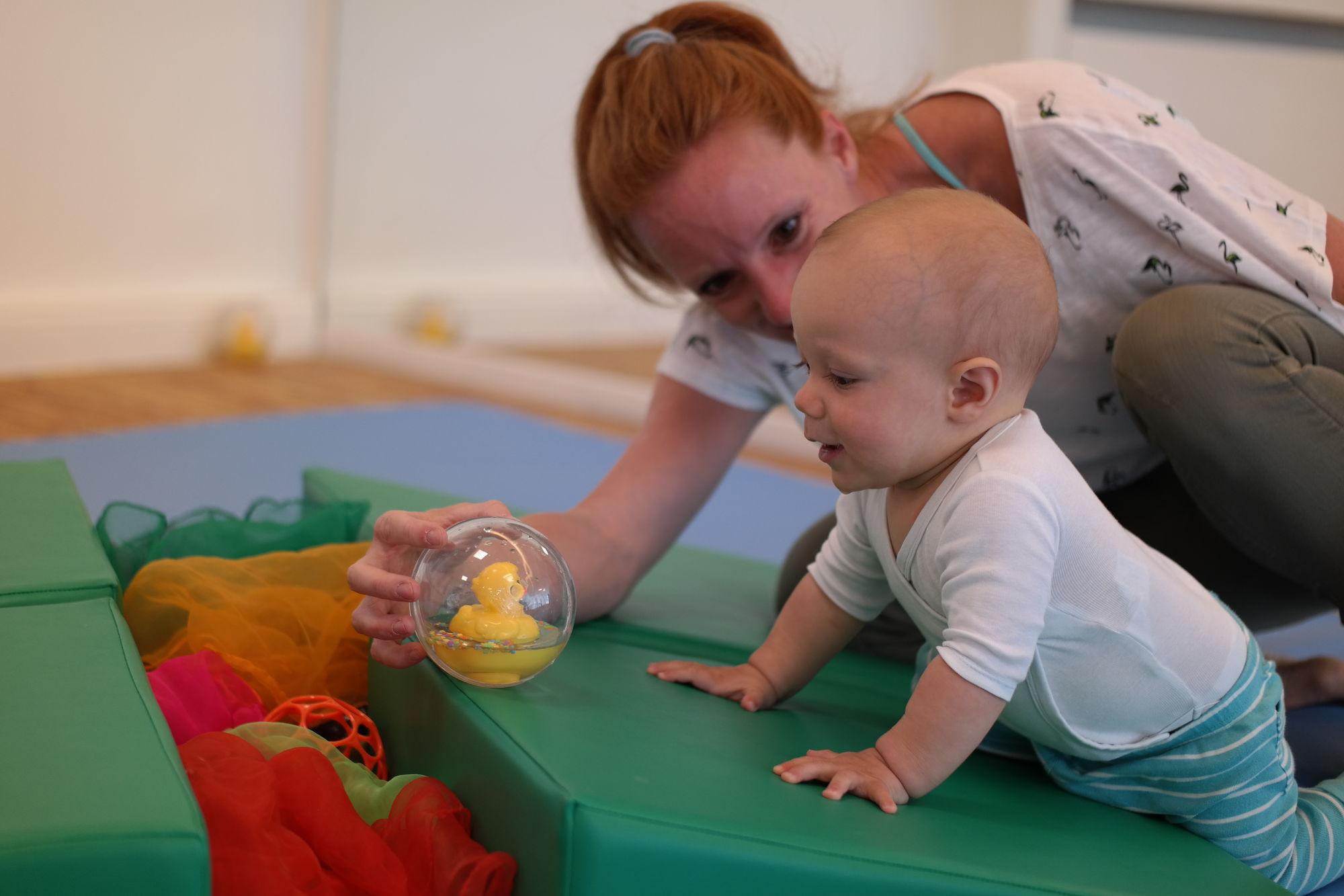 Mama und Baby beim Babys erste Jahr Kurs