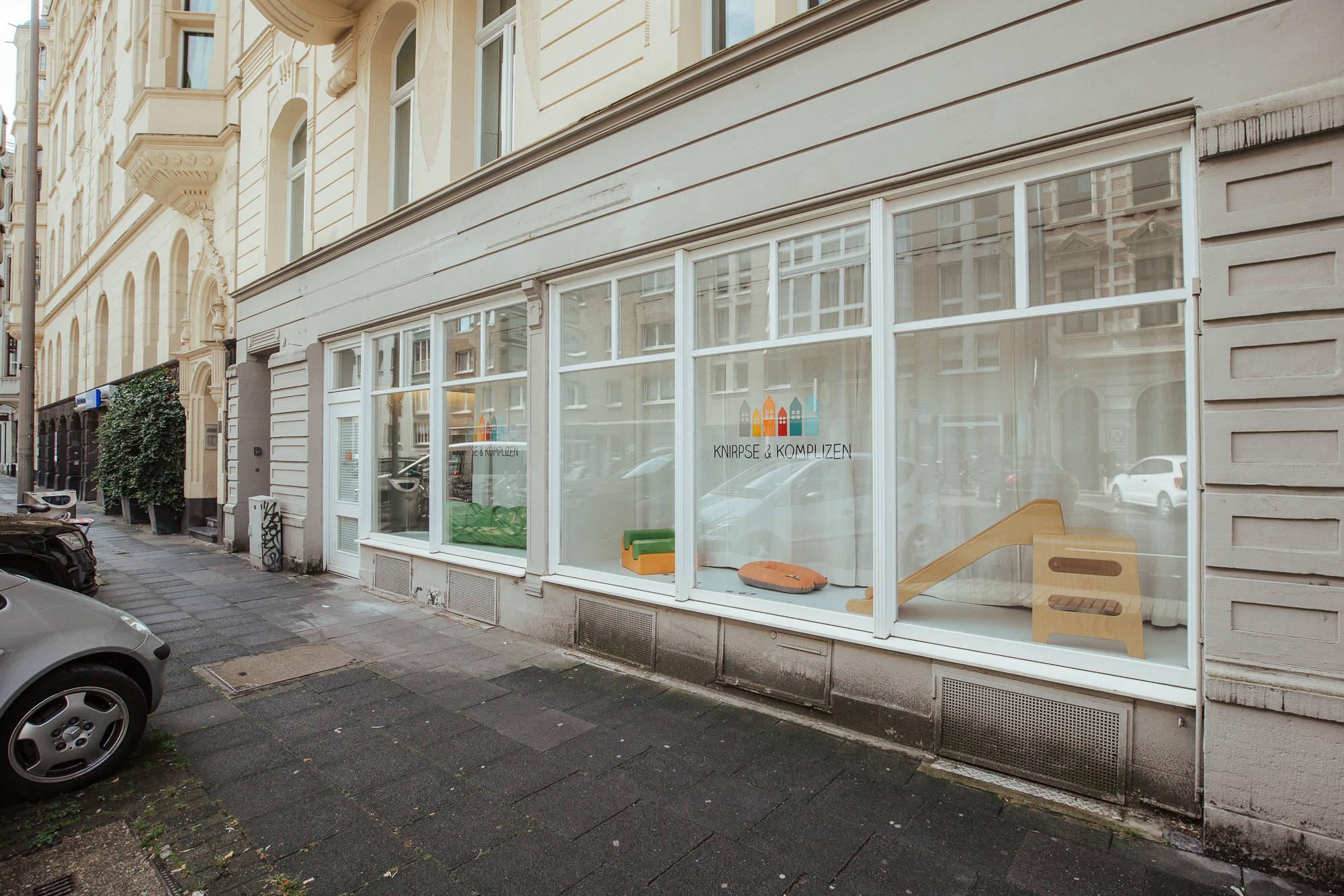 Blick vom Bürgersteig auf das Ladenlokal Knirpse & Komplizen