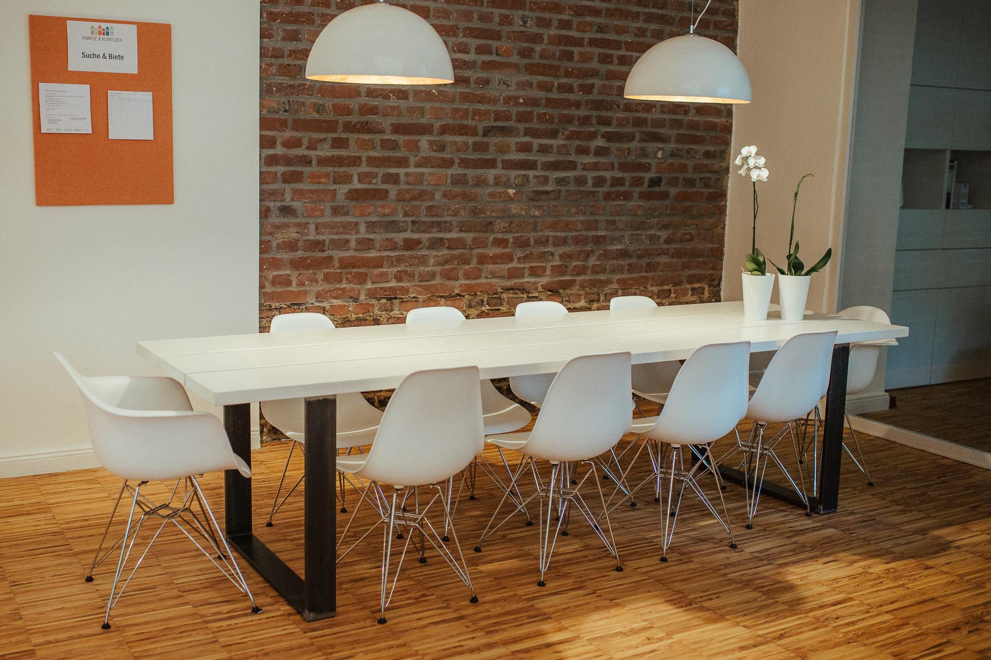 Aufenthaltsbereich mit großem Tisch