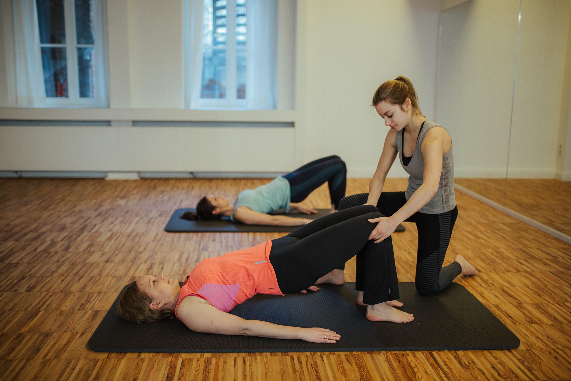 Pilates mit Hilfestellung der Trainerin