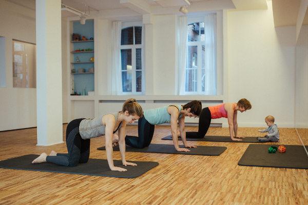 Pilates Gruppe nach der Schwangerschaft mit Baby