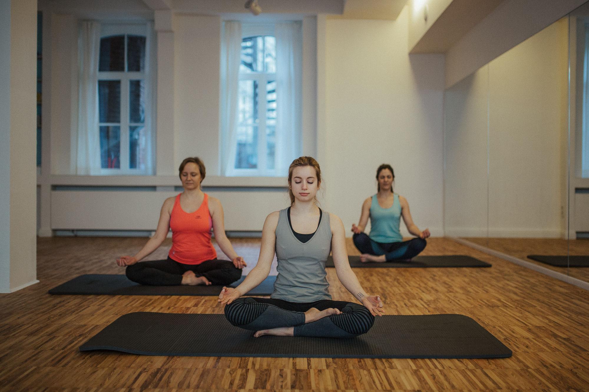 Drei Frauen in einer Yoga Gruppe