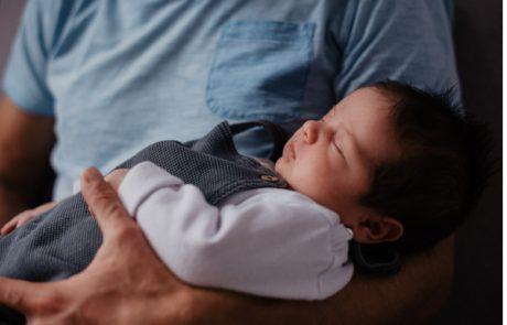 Schlafendes Baby im Arm