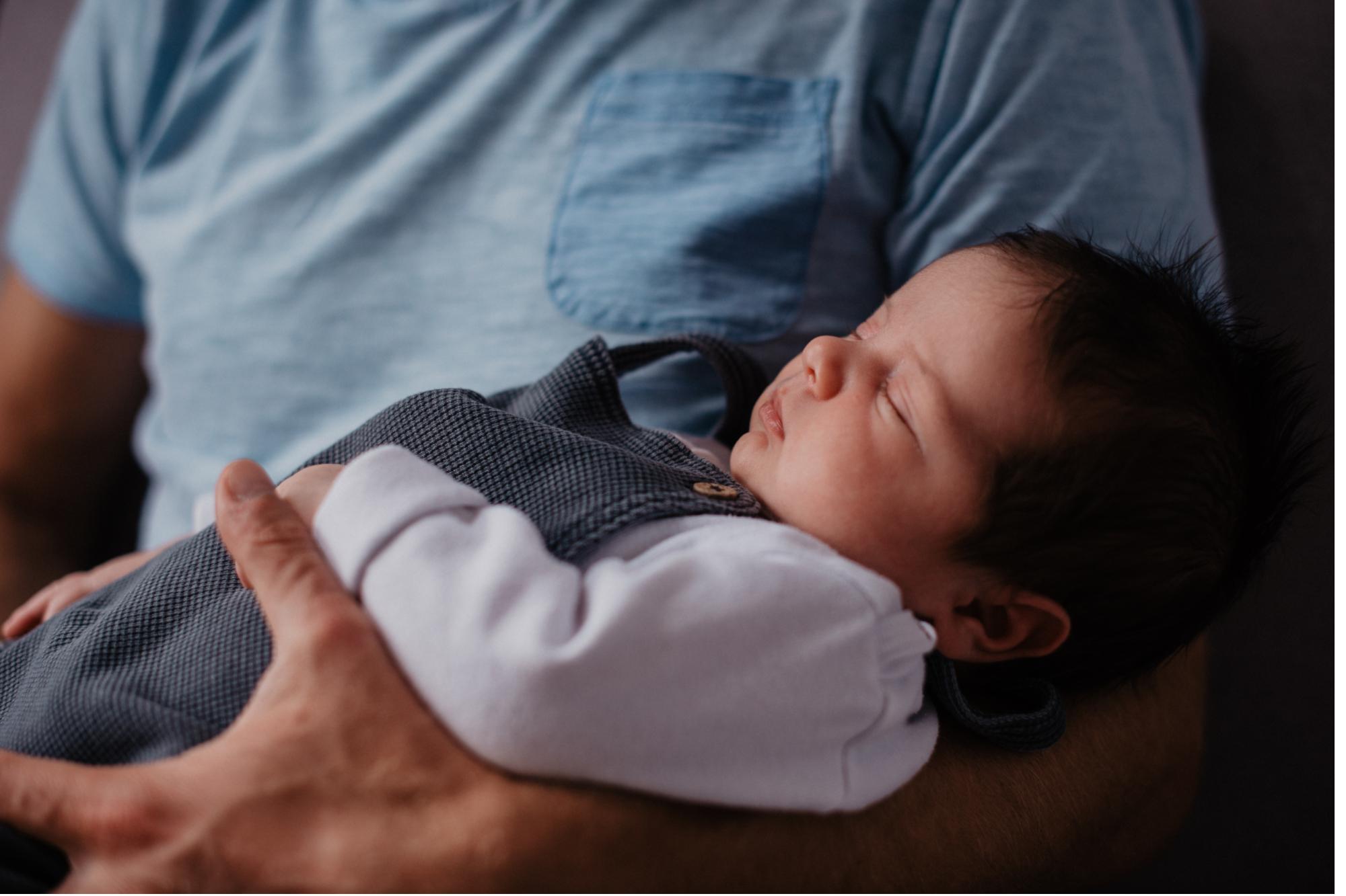 Schlafendes Baby auf dem Arm
